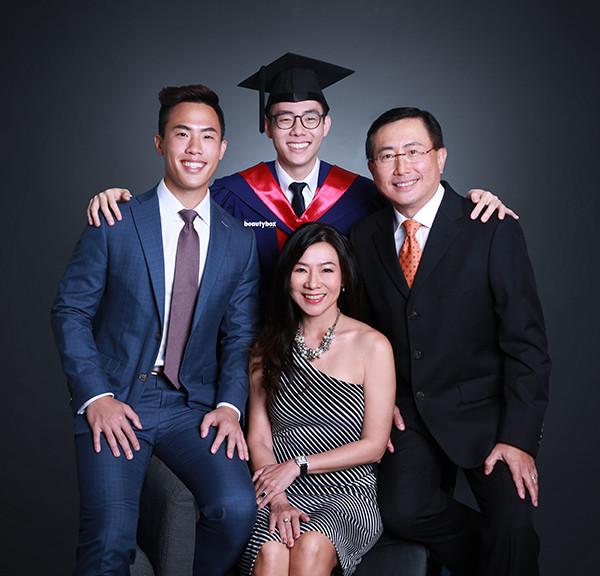 singapore_photography_studio_graduation_family_portrait_003